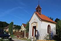 V Tuklekách, místní části Senožat, se pustili do plánovaných oprav tamní kapličky.