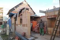 I stavba rodinného domu může díky mírné zimě pokračovat. V pelhřimovské ulici Vojtěcha Benedikta Juhna i v těchto dnech staví firma OBS stavební. Ilustrační foto.