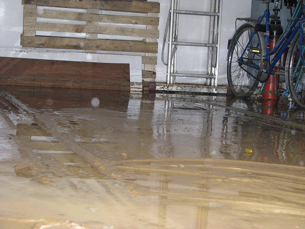 Silný déšť smetl vše z polí rovnou do sklepa rodinného domu v Čejově