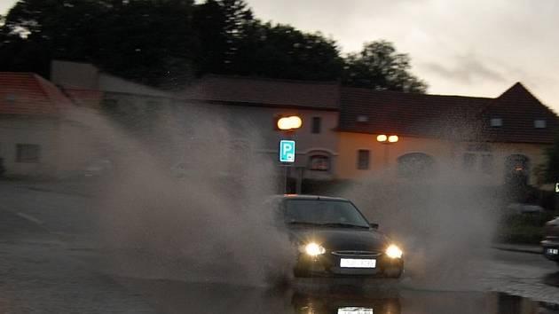 Středeční večerní liják zaplavil ulice Pelhřimova - snímek z ulice Dr. Tyrše
