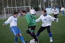 Martin Guzik (na snímku uprostřed) a jeho čejovští spoluhráči nakonec na Speřice neměli. Favorit se ve druhém poločase rozstřílel a zvítězil jasně 4:1.