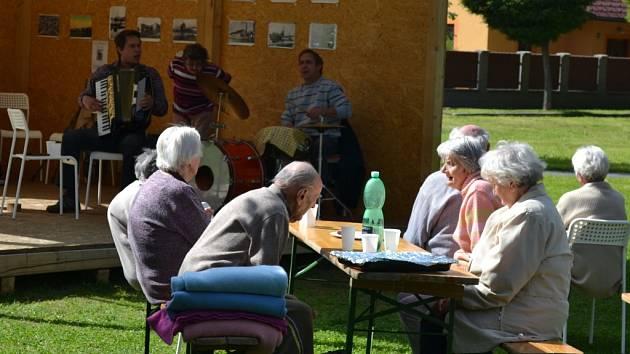 V pondělí odpoledne zněly humpoleckým parkem Stromovka tóny harmoniky a zpěvu Františka Pikala.