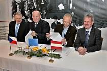Zleva poradce pro dopravu Jihočeského kraje Ivan Študlar, Boris Čajánek, Gerhard Stindl a radní pro dopravu Dolního Rakouska Karl Wilfing.