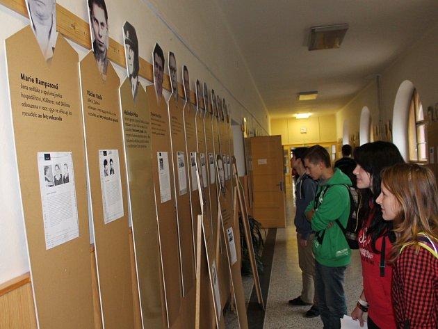Asi třicet portrétů lidí vězněných komunistickým režimem je k vidění v přízemí pelhřimovského gymnázia. Výstava trvá do 17. listopadu a může ji navštívit i veřejnost.