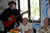 V Pacově se o volný čas dříve narozených lidí stará farní charita. Senioři si při setkáních i zazpívají.