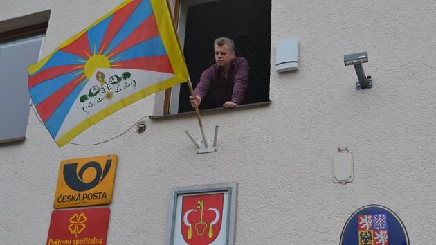 Jako připomínka krvavého potlačení povstání Tibeťanů proti čínské invazi včera na Pelhřimovsku zavlálo celkem sedm Vlajek pro Tibet.