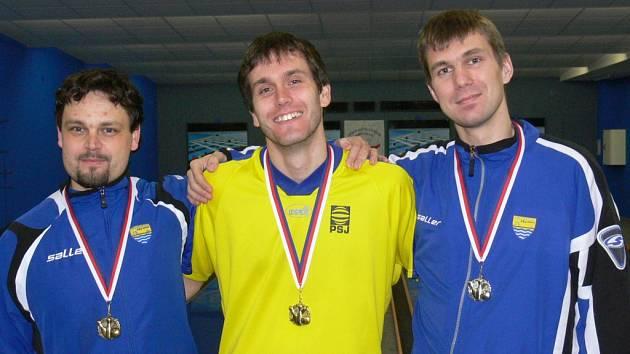 Medaile v kategorii mužů brali jen kuželkáři PSJ. Titulem přeborníka Vysočiny se může pyšnit Jan Kotyza (uprostřed), Václav Rychtařík (vlevo) získal bronz.