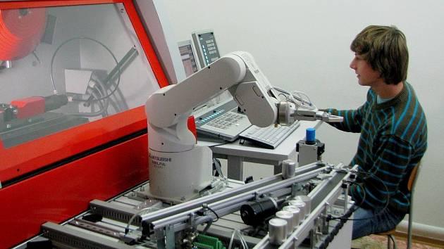 V současné době na pelhřimovské Střední škole studuje 820 žáků. Své teoretické znalosti mohou v průběhu tříletého nebo čtyřletého studia zhodnotit i prakticky. Například při práci s robotem v CNC učebně.
