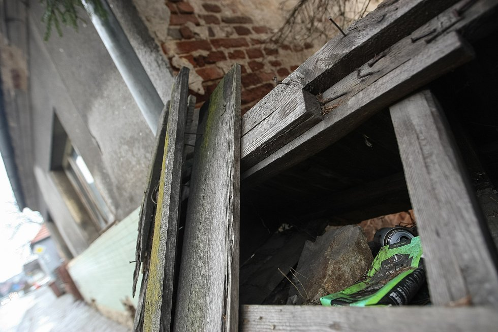 Dům v Kamenici nad Lipou, ve kterém chovatelka týrala přes dvě stě psů.