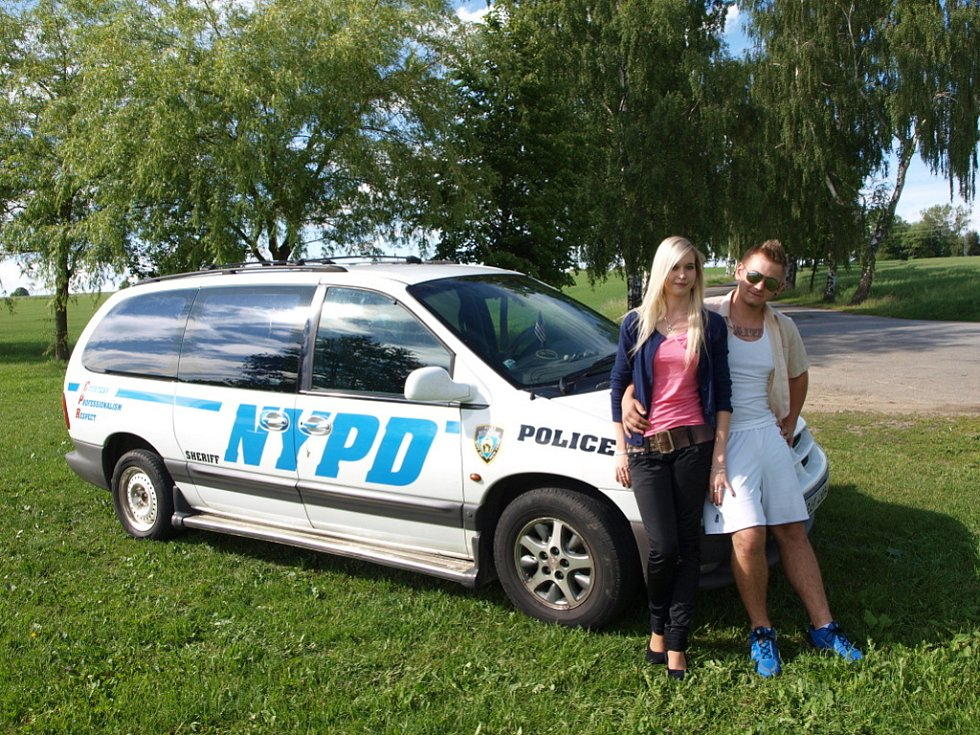 S tátovým autem jezdí Tommy Morava po Pelhřimově rok. S českými policisty si ho lze splést jen těžko.