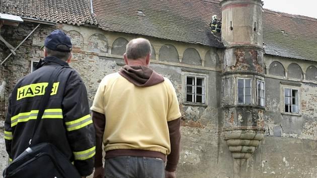 Před jedenáctou hodinou se hasičům  podařilo požár na zámku v Červené Řečici lokalizovat.