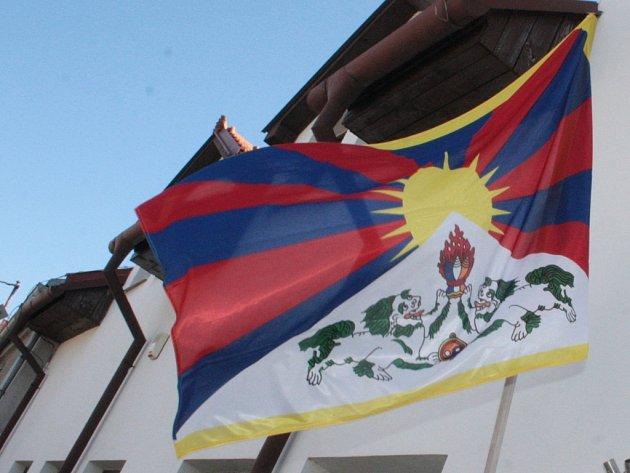 Tibetské vlajky vlají vždy 10. března na českých radnicích už dvě desetiletí.