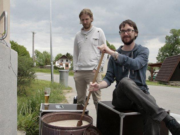 Nad ukázkou výroby domácího piva začal už odpoledne program páteční premiérové Pivní univerzity, který v Dehtářích zorganizovali nadšenci kolem Milana Vaněčka.