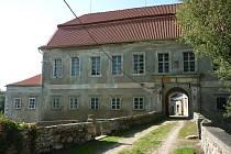 Zámek je významným dokladem proměny staršího středověkého sídla v reprezentativní rezidenci zámeckého typu.