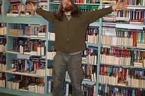 """""""Tohle všechno je moje,"""" řekl by dříve rád Martin Vacke, ale dnes už jej prý potřeba hromadit knihy opustila."""