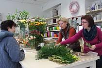 Z přízemí obchodního domu Galeria shopping v Pelhřimově se po letech přesunulo do nových, avšak nedalekých prostor,  do ulice Dr. Tyrše, květinářství Dagmar Buřičové. Prodejna nabízí originální sortiment od čerstvých květin, bytových doplňků a květin.