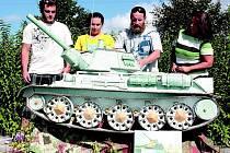 Věrný model tanku T-34 vytvořil pro svého švagra, bývalého tankistu, Josef König z Plzně. Model je tak veliký, že se do expozice pelhřimovského muzea nevešel.