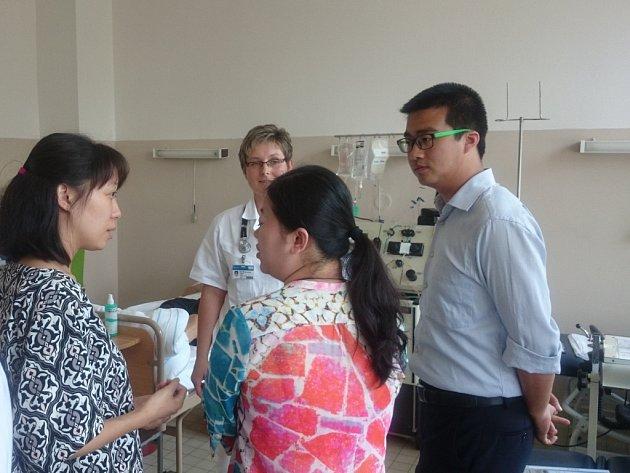 Michaela Harudová školí v pelhřimovské nemocnici čínské lékaře přímo u lůžka s dárcem.