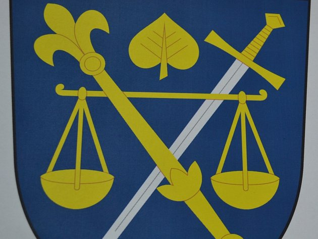 Komorovičtí  si ze dvou návrhů znaku vybrali ten nalevo.