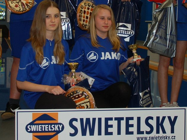 Výběr Jihočeského kraje se v Pelhřimově mohl spolehnout na dívčí část  sestavy. Michaela Dvořáková (vlevo) předvedla svůj tradičně vysoký standard, Simona Černušková dosáhla nejlepšího výkonu dne.