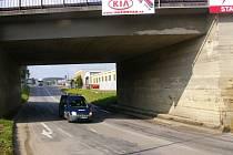 Viadukt je navíc v zatáčce, takže jezero může řidiče překvapit.