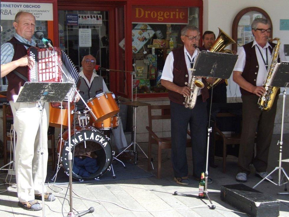 Prázdninové neděle bývají na pelhřimovském náměstí ve znamení koncertů dechových kapel.