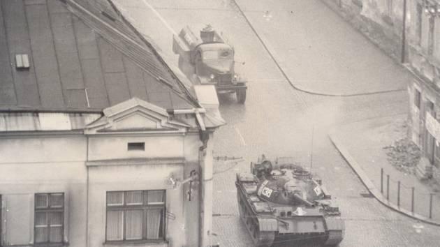 Vsrpnu 1968 neunikl invazi ani Humpolec. Na fotografii je vidět tank v čele ozbrojené kolony.