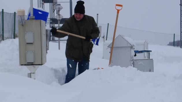 Mrazy nejsou všechno. Mimořádná sněhové nadílka byla na observatoři v Košeticích třeba i roce 2010. Na snímku odklízí sníh tehdejší vedoucí observatoře Milan Váňa.