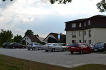 Parkoviště před jiřickou bytovkou bylo rozšířeno celkem o jedenáct parkovacích míst.