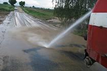 Silný déšť a nánosy bahna zastavily provoz mezi Lukavcem a Bezděkovem