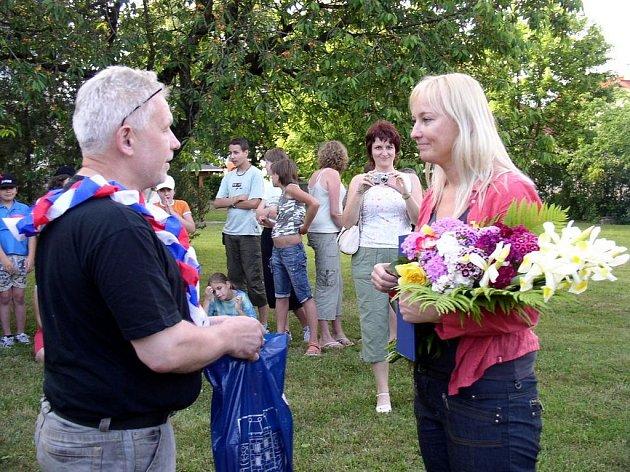 Čtenáři z Kamenice nad Lipou si v rámci družební návštěvy v Nové Včelnici povídali se spisovatelkou Alenou Ježkovou.