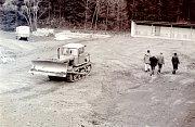 Tento snímek z dubna 1982 zachycuje základy výstavby hospodářské budovy.