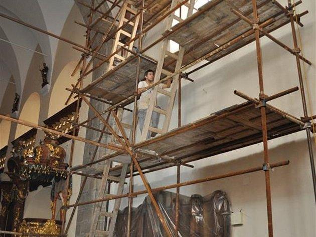 Fakt, že v kostele svatého Bartoloměje začaly restaurátorské práce prozrazuje lešení.