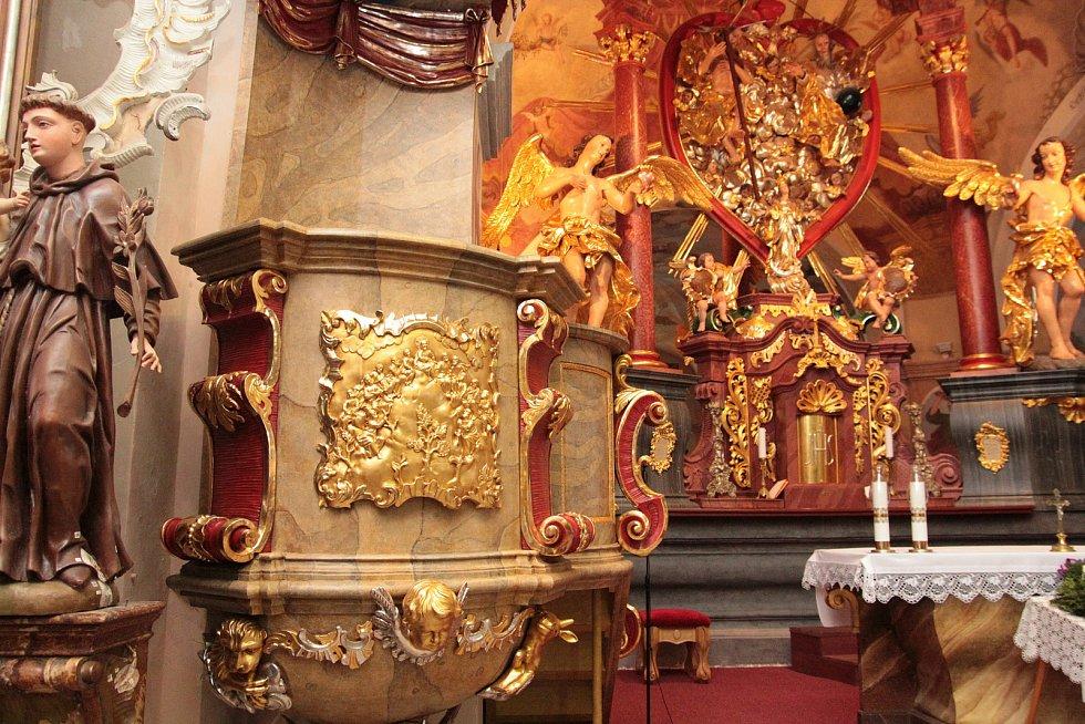 Zrestaurovaná kazatelna je zpět na svém místě v poutním kostele Nejsvětější Trojice na Křemešníku.