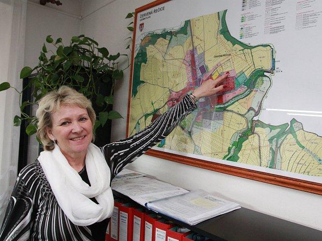 Starostka Červené Řečice Zdeňka Bečková ukazuje na mapě pozemek, o který se město už třetím rokem soudí.