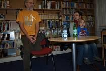 Aleš Palán představil návštěvníkům besedy v humpolecké knihovně také druhé vydání knihy o Bohuslavu Reynkovi Kdo chodí tmami.