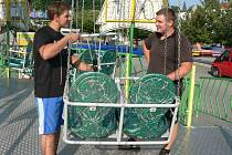 Velkým lákadlem letošní pouti  je nová atrakce s názvem Swing Tower. Sedačky kolotoče včera kontrolovali Vlastimil Rangl (vlevo) a jeho bratranec Jaroslav Rangl.