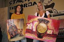 Andrea Šimpachová (vlevo) a Šárka Vítů ukáží své práce světu takřka v domácím prostředí