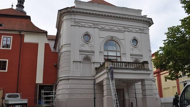 Do konstrukce Městského divadla v Pelhřimově zatékala voda. Práce na hydroizolaci balkonu jsou ale téměř hotové a opravy by měly být u konce 30. září.