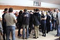 Součástí festivalu byly i přestávky, během kterých mohli návštěvníci o filmech debatovat.