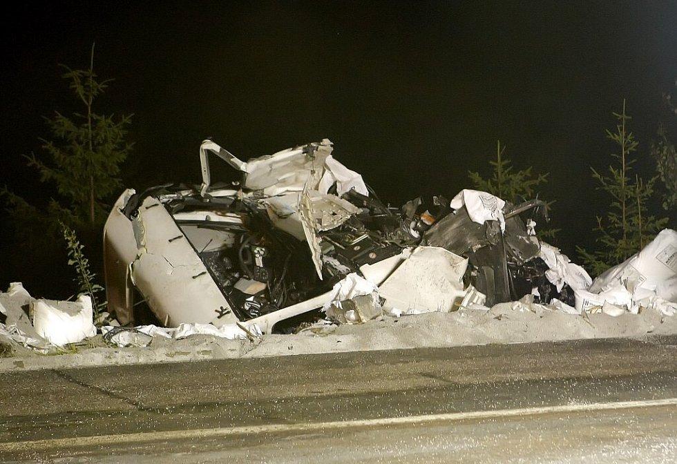 Jeden z kamionů skončil zcela mimo vozovku.