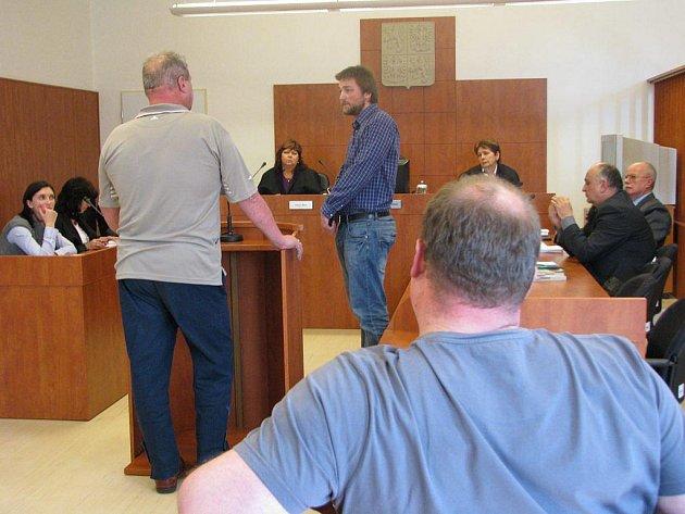 Za opakované neomluvené absence hrozí těm svědkům, kteří se nedostaví k soudu, pokuta až padesát tisíc korun.