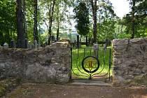 Židovský hřbitov v Kamenici nad Lipou je schován v lese, asi kilometr za městem ve směru na Antonku.