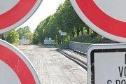 Most u Jiřic půjde o víkendu k zemi.