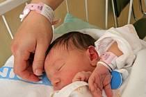 Nové identifikační náramky podle pacientů pobyt v nemocnici neznepříjemňují. Nenarušují ani klidný spánek čerstvě narozené Karolínce Bartlíkové z Častrova.