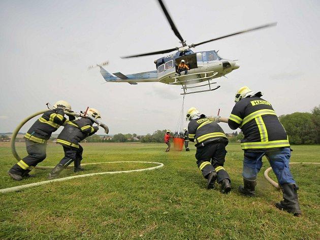 Pokud by velitel zásahu uznal, že je nutné k hašení požáru ve špatně přístupném terénu povolat pomoc, z Prahy, nebo z Brna by na Vysočinu dorazil policejní vrtulník se závěsným vakem.