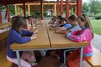 Učebna mimo školní zdi má i ekologický podtext. Děti souběžně pečují o vedlejší políčka, v sousedství se pozvolna rodí ukázkový ekosystém.