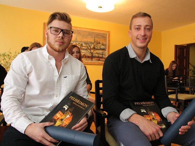 Jakub Kadlec (vlevo) a Jakub Kůrka z Havlíčkova Brodu převzali ve středu na pelhřimovské radnici ocenění a dary za záchranu čtyřiačtyřicetiletého muže z Jihlavska.