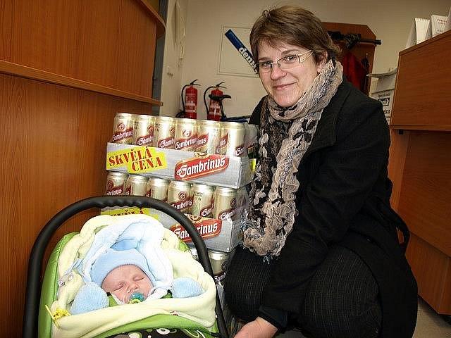 Pěnivou cenu si přišla do redakce Pelhřimovského deníku převzít manželka výherce Jaroslava Vrbíková i s malým Davídkem.