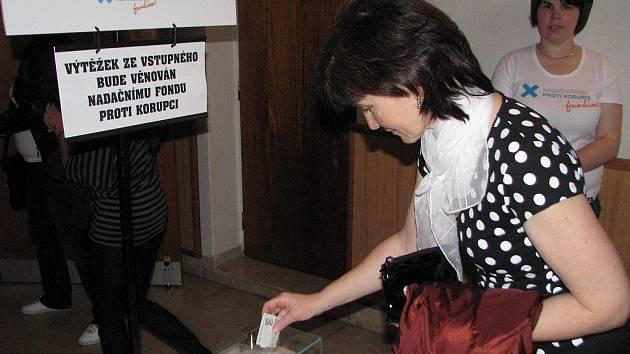 Diváci vhodili do kasičky 14 550 korun. Výtěžek z dobrovolného vstupného poslouží v boji proti korupci.